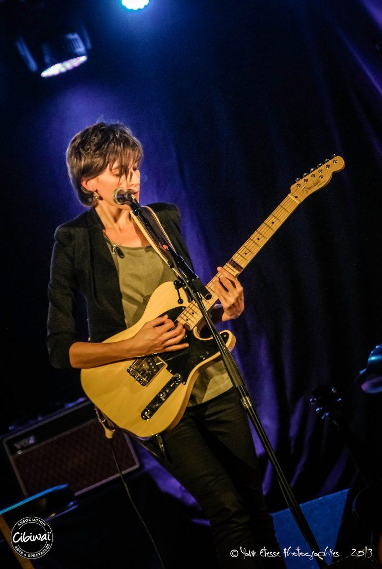Lison Steger sur scène à la guitare, compositrice, interprète du groupe 6LEXIC