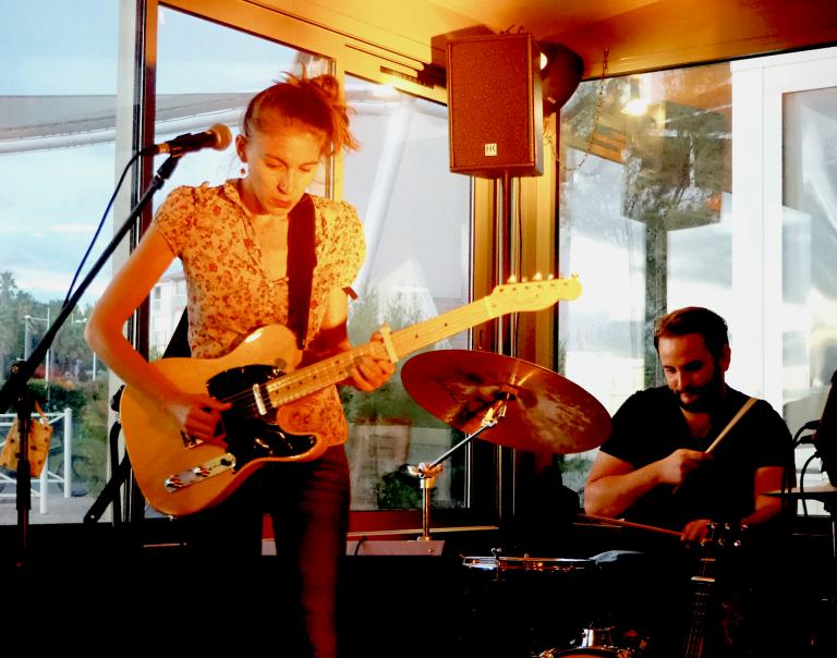 Lison Steger (guitare, chant) & Aurélien Régis-Recous (batteur)