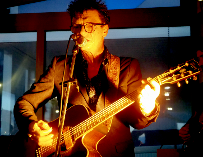 André Rossi - Auteur, Compositeur, Interprète du groupe 6LEXIC en concert au Mafana