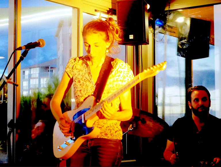 Lison Steger (guitare, chant)