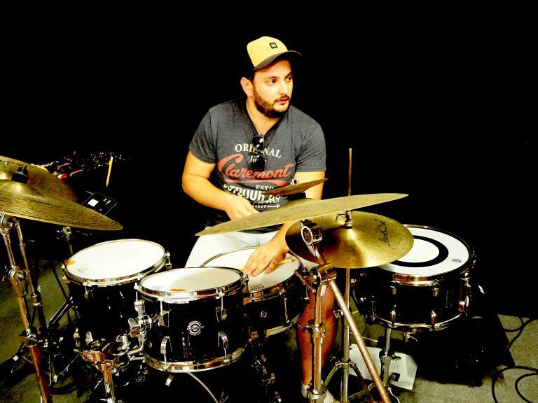 Aurélien Régis-Recous, batteur du groupe 6LEXIC, en résidence