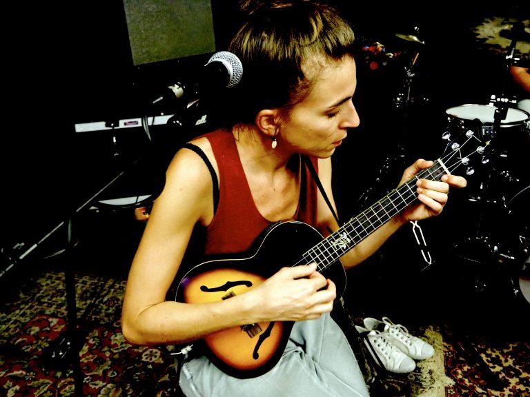 Lison Steger - guitariste, interprète du groupe 6LEXIC en résidence